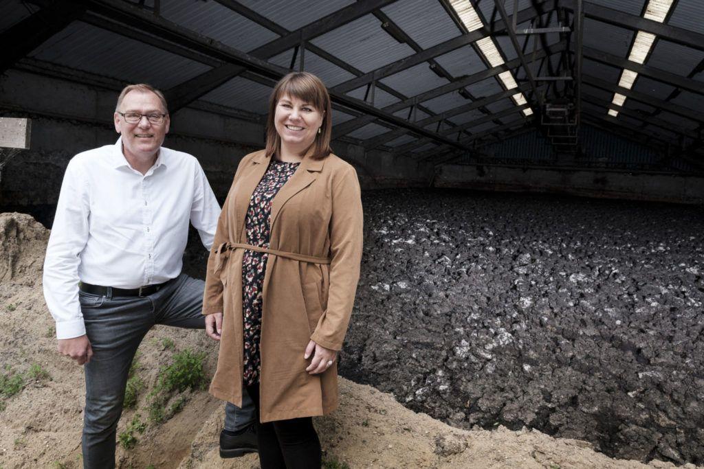 Fanny og Jesper ved slamlade på Fårevejle Renseanlæg