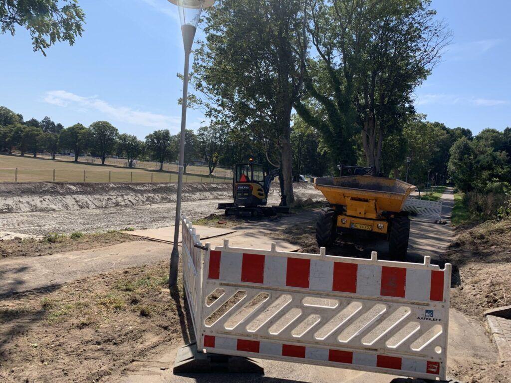 Vejspæring og gravemaskiner ved regnvandsbassin i Nykøbing Sj.