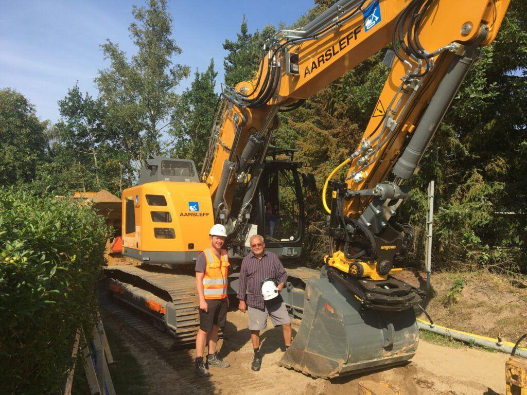 to mænd ved en gravemaskine