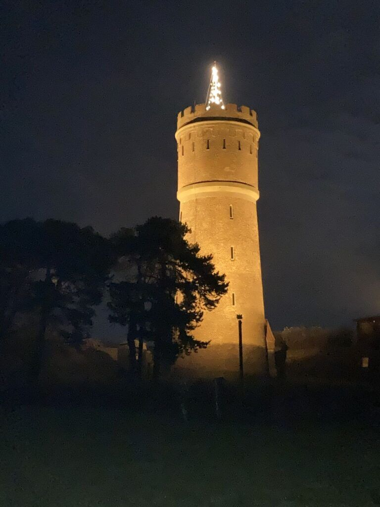 Foto af vandtårnet i Nykøbing med lys på
